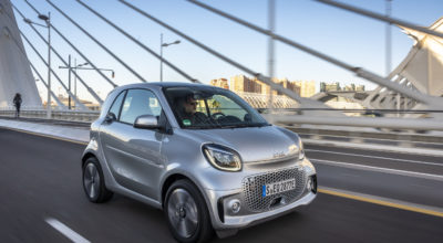 smart EQ fortwo, coupe, cool silver, prime line, interior black fabric with grey topstitching; smart EQ fortwo, coupe: Stromverbrauch kombiniert, 4,6 kW-Bordlader, (kWh/100 km), 16,5-15,2; CO2-Emission kombiniert (g/km) 0*  //  Stromverbrauch kombiniert, 22 kW-Bordlader, (kWh/100 km), 15,2-14,0; CO2-Emission kombiniert (g/km) 0*   smart EQ fortwo, coupe, cool silver, prime line, interior black fabric with grey topstitching; smart EQ fortwo, coupe: Combined power consumption, 4.6 kW on-board charger, (kWh/100 km), 16.5-15.2; Combined CO2 emissions (g/km) 0*  //  Combined power consumption, 22 kW on-board charger, (kWh/100 km), 15.2-14.0; Combined CO2 emissions (g/km) 0*